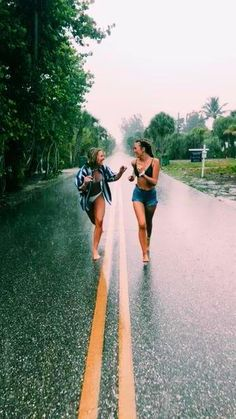 There's no one like your BFF! Here some cute phot ideas for that BFF goal! Cute Friend Pictures, Best Friend Photos, Best Friend Goals, Bff Pics, Happy Pictures, Best Friend Video, Cute Bestfriend Pictures, Rain Pictures, Happy Photos