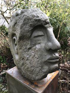 """""""Agamemnon"""": Stein Skulptur aus Rüthener Grünsandstein. Seine groben Züge haben etwas archaisches, daher der Name. Weitere Skulpturen aus Holz und Stein des Bildhauers aus Köln, z.T. vergoldet mit 24 Karat Blattgold sind auf meiner website zu sehen."""