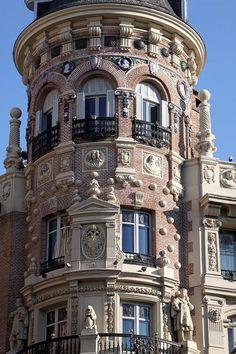 Madrid, Spain Interesting Buildings, Beautiful Buildings, Beautiful Places, Foto Madrid, Spain And Portugal, Travel Memories, Barcelona Spain, Architectural Elements, Spain Travel