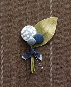 Fabric button boutonierre. I adore this. Maybe I will remember to make these for my boys for the holidays! so darling!
