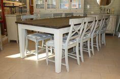 KartanoBellman-tuolit ja iso lankkupöytä. Pöydän jalkaosa on maalattu vaalean harmaaksi ja pöydän kansi vahattu tummaksi.