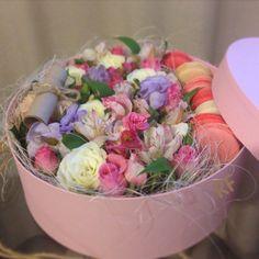 Заказ коробочек с живыми цветами и macarons http://www.podarki-ruchnoj-raboty.ru/