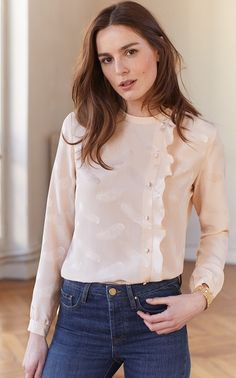 design of blouse When it comes to being la mode, Parisian women are known for their style savvy and now we can share their passion for fashion. Fashion Moda, Hijab Fashion, Fashion Outfits, Blouse Styles, Blouse Designs, Style Casual, Casual Outfits, Sassy Shirts, Hijab Stile