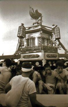 Mikoshi portable shrine in a festival, Kansuke Yamamoto, 1972. ©Toshio Yamamoto