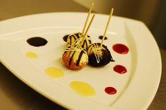 cheesecake pops | Cheesecake Lollipops Dessert Drinks, Dessert Recipes, Desserts, Red Wine Reduction, Cheesecake Pops, Raspberry Sauce, Ginger Snaps, Lollipops, Pistachio