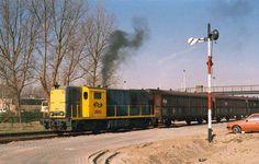 Feijenoordse meesters Diesel Locomotive, Rotterdam, Locs, Airplanes, Dutch, Train, Nostalgia, Planes, Dutch Language