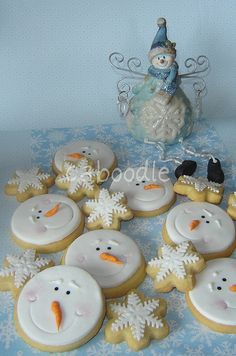 It's almost winter time, so let's take a look at some winter cookie ideas. Here's a collection of astonishing snowflake cookies, made by people from around the world. Snowman Cookies, Snowflake Cookies, Christmas Sugar Cookies, Christmas Sweets, Cute Cookies, Christmas Cooking, Noel Christmas, Christmas Goodies, Holiday Cookies