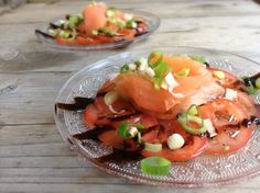 Bo's carpaccio van tomaten met gerookte zalm, lente ui en balsamicostroop Seafood Recipes, Appetizer Recipes, Cooking Recipes, Healthy Recipes, Appetizers, Onion Soup Recipes, Salad Recipes, Salsa, Buffet