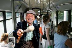 basescu_pensionar_autobuz.jpg