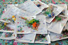 Lego sleutelhangers zelf gemaakt in zakje met confettie Mme Zsazsa vertelt: baai baai zwaai zwaai
