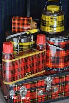 Retro Vintage Tartan Parade Alison's fabulous collection of plaid lunch containers and trunks. Vintage Picnic Basket, Vintage Lunch Boxes, Vintage Tins, Vintage Love, Vintage Decor, Retro Vintage, Picnic Baskets, Vintage Kitchen, Vintage Cabin