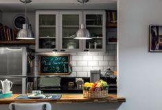 Reforma integra cozinha em estilo europeu à sala; Revestimento Eliane Metrô white