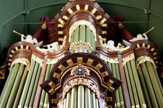 Ik ben altijd al een grote liefhebber van kerkorgels geweest. Niet alleen de muziek die ermee gemaakt wordt, maar ook het instrument, de constructie, de techniek. In de tijd dat de meeste instrumenten weinig volume konden produceren en/of het niet mogelijk was veel dynamiek in het spel te brengen (zoals het clavecimbel) was het kerkorgel wat dat betreft zijn tijd ver vooruit. Meer volume?