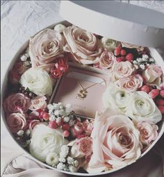 Flower Shadow Box, Flower Box Gift, Flower Boxes, Birthday Gift Baskets, Birthday Gifts, Fleurs Toussaint, Luxury Flowers, Diy Flowers, Flower Shop Design