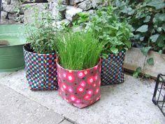 DIY: Plantenpot van tafelzeil - make an oilcloth coat for your herbs and flowers - fais un manteau pour tes herbes et fleurs en toile cirée