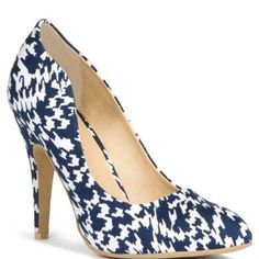 Nothing short of gorgeous! Eye-catching graphic-print 4.5 pump with almond toe and sexy scalloped sides. You�ll be stopped in the street.