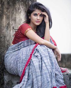 Beautiful Girl Indian, Most Beautiful Indian Actress, Beautiful Saree, Beautiful Women, Sexy Ebony Girls, Saree Poses, Model Poses Photography, Elegant Girl, Saree Photoshoot