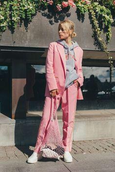 terno alfaiataria rosa bebe pink pantsuits costume rose moletao cinza tenis branco look easy chic look hilo look verao look chic descolado Outfits Fiesta, Pink Outfits, Mode Outfits, Pink Fashion, Fashion Looks, Fashion Outfits, Womens Fashion, Fashion Tips, Fashion Trends
