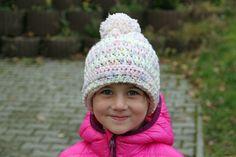 Návod na dětskou háčkovanou čepici s reliéfními sloupky – Prošikulky.cz Scarves, Winter Hats, Crochet Hats, Cap, Fashion, Scarfs, Knitting Hats, Baseball Hat, Moda