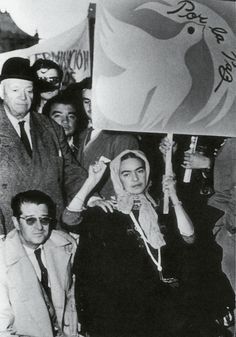 Frida Kahlo, Diego Rivera and Juan O´Gorman protesting the Ouster of Guatemalan President Jacobo Arbenz Guzman by the CIA_July 2 1954 Diego Rivera, Frida E Diego, Frida Art, Famous Mexican Painters, Mexican Artists, Portraits, Mo S, Oeuvre D'art, History