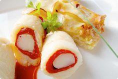 Rollitos de lenguado rellenos de langostino con salsa de piquillos y pastel de patata y puerro