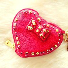 miumiu バレンタイン限定 MiuMiuからもバレンタイン限定アイテムが登場 . 真っ赤なハートのコインケースは 手触りの良いゴートレザーに スワロフスキークリスタルとスタッズでキラキラ . リボンがさらに乙女度を高める 可愛いアイテムです . #BUYMA #miumiu #valentine #miumiuvalentine #miumiuwallet #cute #wallet #fashion #valentineday #shipping #onlineshopping #ミュウミュウ #コインケース #ハート #スタッズ #キラキラ #カワイイ #ファッション #お買い物 #バイマ #buymaofficial by buyma_official