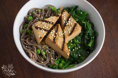Vom Viet Vegan - Gegrilltes Tofu Soba Nudel-Schüssel mit Grünen - eine warme Schüssel gegrillten, marinierten Tofu oben Soba-Nudeln mit Spinat und edamame.