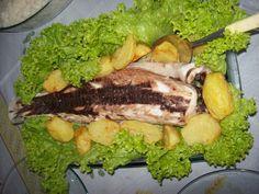 2,5 kg de peixe inteiro (dentão, namorado, tainha, ou qualquer peixe de sua região)  - 2 kg de sal grosso  - 1 limão  - Salsa a gosto  - Coentro a gosto  - Alecrim a gosto  - Azeite a gosto  -