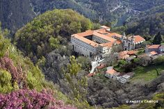 Monasterio de San estevo en las laderas del Cañón del Sil en la #RibeiraSacra #Galicia #Spain