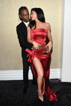 Travis Scott & Kylie Jenner from Clive Davis' Pre-Grammy Gala 2019 Couple shares a sweet embrace at the pre-Grammy celebration. Kylie Jenner Fotos, Kylie Jenner Pictures, Kylie Jenner Dress, Travis Scott Kylie Jenner, Claudia Tihan, Jenner Style, Poses, Kardashian Jenner, Mode Style