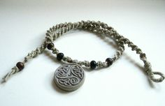 Hemp Necklace Celtic hanger hoorn kralen Macrame door CraftHoundllc