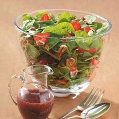 Strawberry Spinach Salad with Raspberry Poppy Seed Dressing Recipe- Recipes Although perfect for summer, this refreshing salad is a favorite year-round for our family and friends. Poppy seeds and pecans add a pleasing crunch to the mix. Home Recipes, Great Recipes, Cooking Recipes, Favorite Recipes, Healthy Recipes, Healthy Foods, Recipe Ideas, Dinner Recipes, Strawberry Vinaigrette