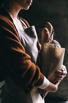 Young woman holding a paper bag full of bread. Source by ful_filled bag photography Artisan Bread Recipes, Dark Food Photography, Bread Bags, Le Chef, Food Styling, Photoshoot, Breads, Corner Bakery, Country Lifestyle