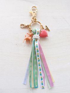 The cutest tassel keychain I've ever seen. Tassel Keychain, Diy Keychain, Leather Keychain, Keychains, Fabric Jewelry, Diy Jewelry, Jewelry Design, Jewelry Making, Craft Gifts