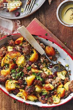 If you can resist eating them all on Christmas Day, turn leftover roasties into this potato and stuffing hash. With crispy stuffing, fragrant herbs and juicy cranberries, this makes the ultimate festive bake. Vegetarian Recipes, Cooking Recipes, Healthy Recipes, Leftovers Recipes, Dinner Recipes, Boxing Day Food, Tesco Real Food, Xmas Food, Main Meals