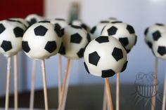 Soccer ball cake pops Cake pops de pelotas de fútbol Soccer Banquet, Soccer Party, Football Pitch Cake, Boy Birthday Parties, Birthday Cake, Soccer Baby Showers, Crazy Cakes, Cake Decorating, Chocolate