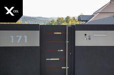 Backlit house number and modern mailbox near the entry gate.  // W pobliżu furtki umieszczono podświetlany numer domu oraz panel przelotowej skrzynki na listy. Front Fence, Fence Gate, Aluminum Fence, House Numbers, Locker Storage, Minimalist, Fence Posts, Modern, Flow