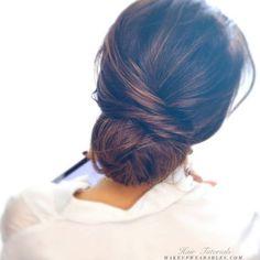 Tem uma festa e não sabe o que fazer nos cabelos? O coque baixo ganhou status de moderninho e deixa a produção elegante. Além disso, é fácil de ser feito e pode ter aspecto podrinho.