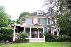 Deanna's Beautiful Victorian Home  aaah... homey!