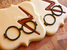 Lizy B: The One With The Scar.More Harry Potter Cookies- but why isn't the scar gold! Harry Potter Treats, Harry Potter Scar, Gateau Harry Potter, Harry Potter Food, Harry Potter Birthday, Cookies Decorados, Galletas Cookies, Iced Cookies, Royal Icing Cookies