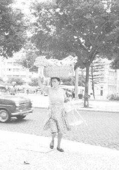 1960-Alameda. Vendedora de cabides Lisbon Portugal, Outdoor, Vintage, Past, Etchings, Tourism, Memoirs, Lovers, Suits