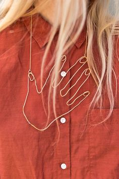 How to make a wire hand necklace that you'll never want to take off. #uniquenecklace #diy #diynecklace #diyjewelry #handnecklace #jewelrytutorial Cute Jewelry, Diy Jewelry, Fashion Jewelry, Women Jewelry, Jewelry Making, Jewelry Box, Recycled Jewelry, Jewelry Holder, Unique Jewelry