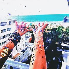 Our Push-Pop Confetti™ + Miami = our kind of day. @beccasigal, we love your photo! HNY! #thimbleconfetti #confetti #pushpopconfetti #miami #tpconfetticlub
