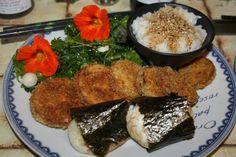 repas japonais : beignets d'aubergine, mochi, riz gluant, salade du jardin