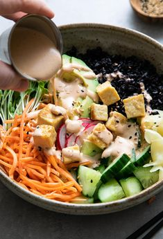 Healthy and easy to make, this deconstructed sushi bowl with black rice and creamy dynamite sauce is the BEST! Vegan and gluten-free recipe. Rice Recipes Vegan, Vegetarian Recipes Easy, Veggie Recipes, Asian Recipes, Whole Food Recipes, Healthy Recipes, Asian Foods, Healthy Foods, Dinner Recipes
