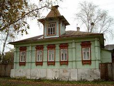 Tutajev  an der Wolga: Sehr eindrucksvoll sind die Umramungen der Fenster. Die Muster sind familien- oder herkunftspezifisch. Jedes Haus hat eine andere Schnitzarbeit um Türen und Fenster.