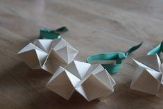 Det er som om, at julekalenderen på Facebook, er blevet med lidt meget origami – men det er så lækkert her til jul, billigt at lave og så er det bare så vildt, hvad man kan få ud af et stykke…