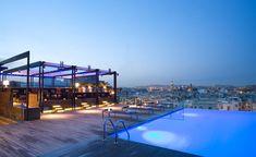 Entre abril y octubre, el Grand Hotel Central de Barcelona abre su Sky Bar, en la azotea del edificio, con amplias vistas sobre la ciudad en las que se descubren las calles del barrio del Born, la basílica de Santa María del Mar, las Torres Mapfre, el Hotel Arts y hasta la playa. Cualquiera puede tomarse un cóctel aquí entre las 20.00 y la 1.30. Una cerveza cuesta desde 5 euros, un cóctel desde 12 euros. Durante el día, de 9.30 a 19.30, el espacio y la piscina están reservados para los…