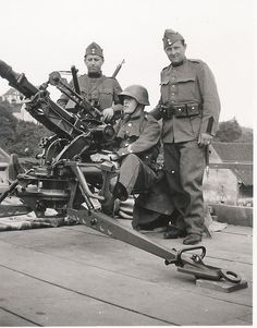 Early Swiss soldiers manning an Anti-Aircraft Gun. Pin by Paolo Marzioli Army History, German Uniforms, Military Uniforms, Army Police, Swiss Air, Military Photos, Special Forces, Armed Forces, World War Two