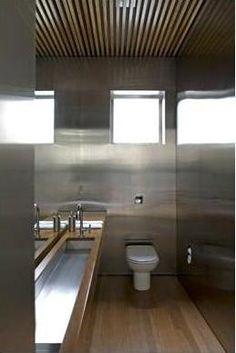 Casa Vertical: Isay Weinfeld. Lavabo em Aço Escovado e Forro de Madeira Ripada